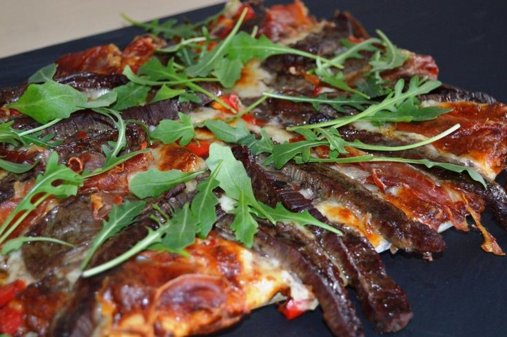 Black Angus flanksteak på pizza - smager himmelsk. BBQ sauce i stedet for pizzasauce http://jellingnaturkod-blog.com/2015/02/09/pizza-med-flanksteak-og-bbq-sauce/