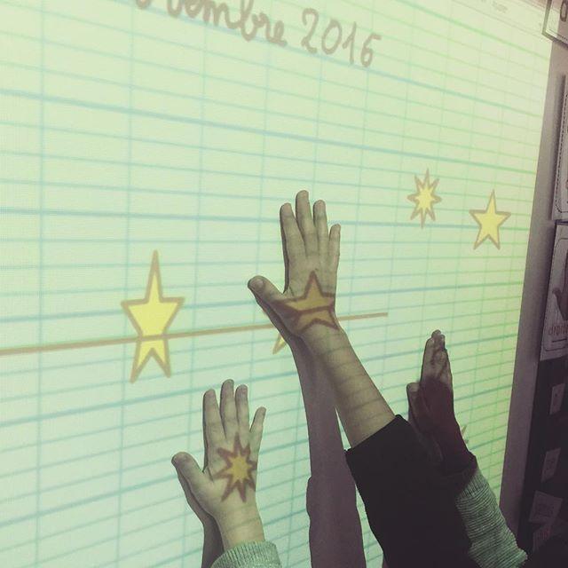 """⭐️Tatouaaaaaages!  ⭐️😁 на момент выпуска, вчера, маленькие радости, чтобы получить татуировки на TBI!  😂 ... Я нашел 5 студентов против TBi скандируя """"tatouaaaaaages"""" руки на звезды!  .... Как что, она используется для всего, БИТ!  😍 #vismaviedemaitresse #vismaviedinstit"""