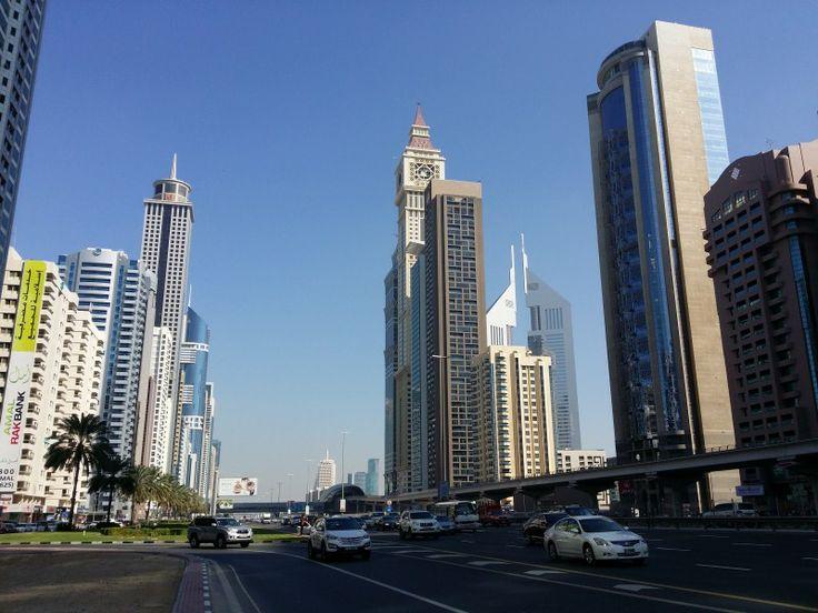 Autopista con rascacielos del centro financiero y las Emirates Tower al fondo derecha