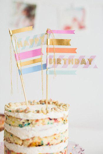 お祝いメッセージ付きのフラッグデコレーションが素敵。パーティーの種類やイメージにあわせていろいろなデコレーションを試してみて下さい。