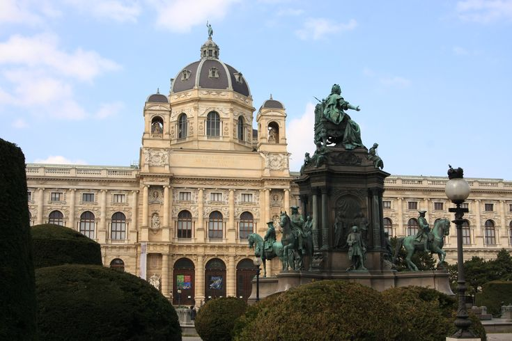 What to visit in Vienna? The Natural History Museum, The History of Arts Museum and Maria Theresia's statue!