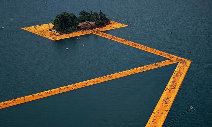 Na italském jezeře Iseo, které se nachází nedaleko od Milána, se pro veřejnost otevřela megalomanská umělecká instalace nazvaná The Floating Piers. Vodní hladinu a přilehlé městečko protkalo 100 000 metrů čtverečních oranžové tkaniny z části i ...