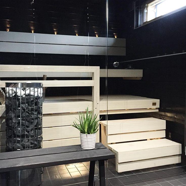 Saunan moderni ilme yhdistää vaaleat lauteet ja tummat seinät.