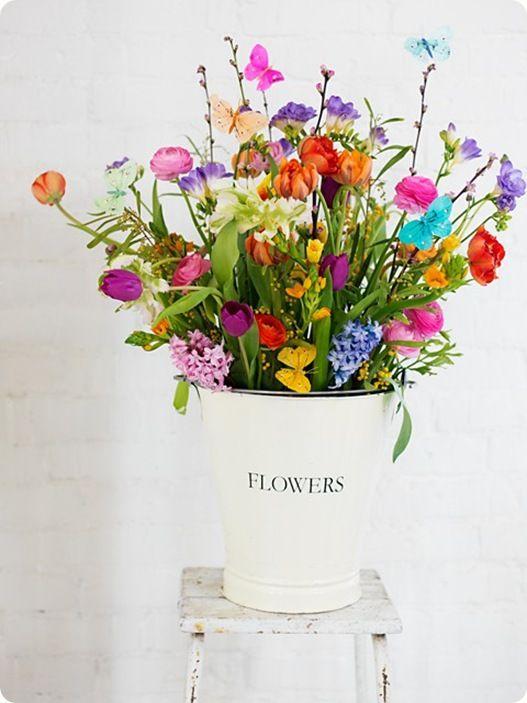 Flowers-butterflies-flores-mariposas-ChicDecó in white enamel vase #flowers #floral