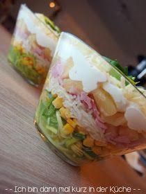 Schichtsalat  1 Dose Ananas in Stücken   1 Stange Porree 1 Dose Mais 1 Glas geriebener Sellerie  200g Kochschinken  150g geriebener Käse   3 gekochte Eier   1 Apfel 300 g Miracel Whip 100g Schmand