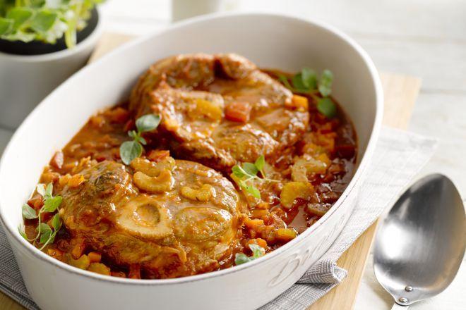 Osso Bucco - Heerlijk zo'n carnivorenschotel! Osso bucco is een typisch Italiaans gerecht gemaakt van kalfschenkel die je rustig laat koken tot het vlees bijna uit elkaar valt. Je kan het klaarmaken op een kookvuur, maar ook gewoon in de oven. Vaak wordt osso bucco gegeten in combinatie van een lekkere risotto. Krijg je het water al in je mond? Trek dan vlug je keukenschort aan en ga aan de slag!