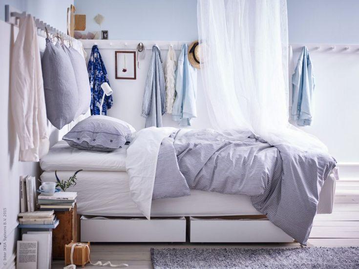 Nu vädrar vi ut i sovrummet och hänger fram sommargarderoben. Vitbetsade KUBBIS hängare med krokar i massiv björk gör plats för alla favoriter. Den stilrena designen är det Nike Karlsson som ligger bakom.