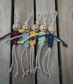 Gelukspoppetje vaderdag Hoe maken ? Nodig : 2 touwen en een houten kraal Werkwijze : 1 touw dubbel plooien en knoop maken. Houten kraal tot tegen knoop schuiven. Met tweede touw lichaam maken. Van onder naar de kraal toewerken met de macramé techniek. De uiteinden dienen voor de armen en de beentjes. Op het einde van elk touwtje een knoopje maken.
