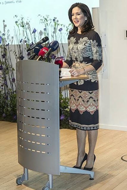 10 January 2017 - Crown Princess Mary receives Berlingste Foundation Prize - dress by Etro, shoes by Gianvito Rossi, clutch by Quidam