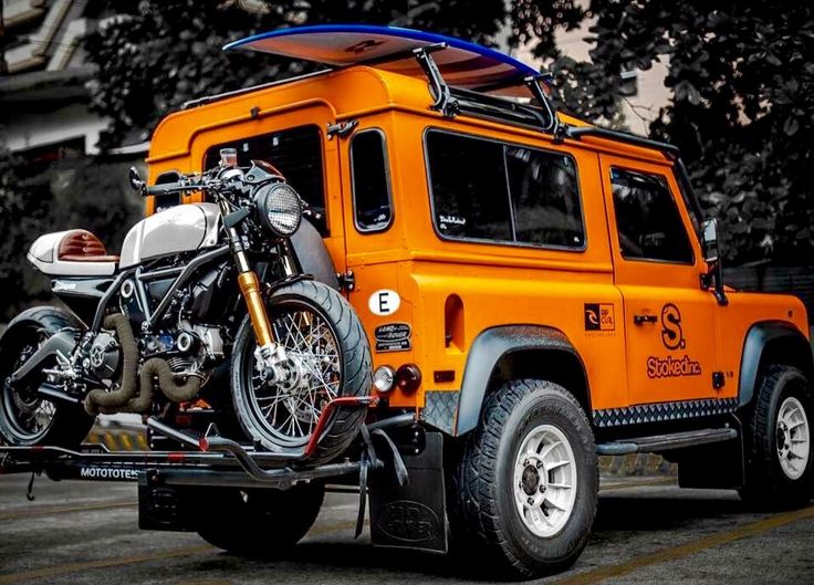 The STKD COMBATTENTE Ducati Scrambler Sixty2 Surf Bike and the STKD ORANGE BRUTUS Land Rover Defender D90 iron forged by @StkdSurfMoto. Photo: @JoncySumulong