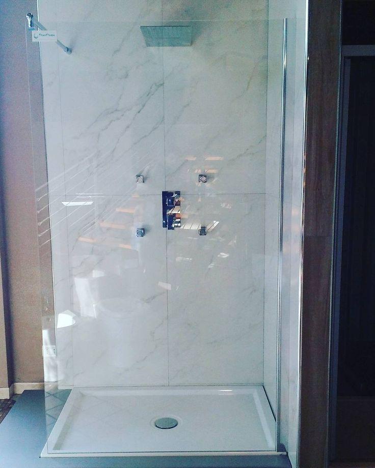 """""""Nuovo #allestimento a #ildiscountdellapiastrella nel nostro #showroom di alto #design  #gresporcellanato di #avaceramiche #biancostatuario #effeto #marmo…"""""""