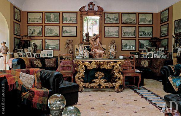 Желтая гостиная. На стенах — оригинальные гравюры Джузеппе Зоччи с видами Флоренции XVIII века. Консоль XVIII века с накладным золотым декором Дзеффирелли купил в Неаполе.