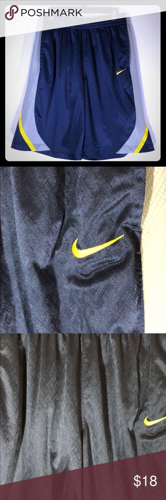 Nike Large Basketball Shorts Locker sitzende Basketball-Shorts von Nike. Diamant…   – My Posh Picks
