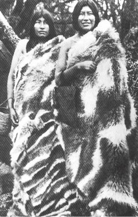 Mujeres Onas, con capas de piel de guanaco, 1889, Tierra del fuego,