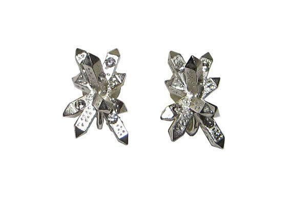 Boucles d'oreilles en métal argenté et cristaux Swarovski Retrouvez cet article dans mon e-shop Etsy- 25€ https://www.etsy.com/fr/listing/120158537/boucles-doreilles-fagots-de-cristaux