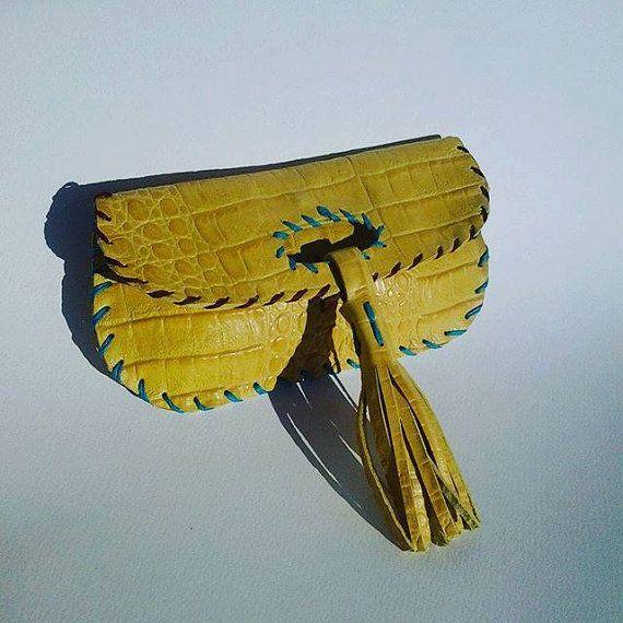 Porta i soldi dalle linee romantiche, sinuose e di tendenza , può essere usato come borsetta ideale per cerimonie. Portafoglio in vera pelle