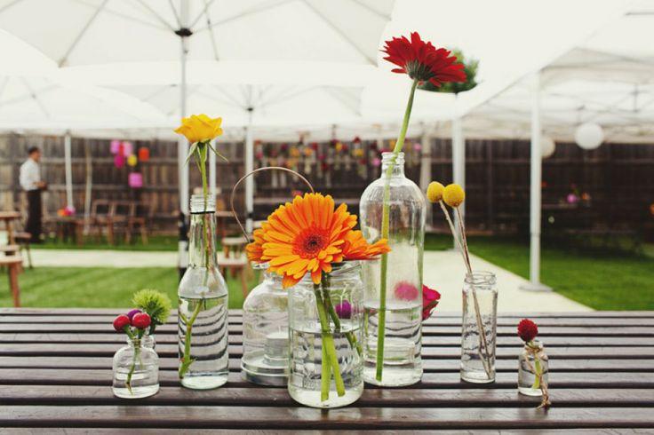Bloemen in flesjes als bruiloftdecoratie | Flowers in glass jars and bottles | ThePerfectWedding.nl