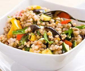 Pohankový salát s pečenou zeleninou a rukolou