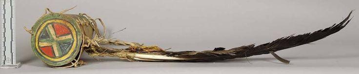 Цилиндрический кожаный парфлеш колчан, Шошоны. В. Длина 12 /12 дюймов, диаметр 4 дюйма. Орлиные перья и локон волос белой женщины подвешены сбоку. Принадлежал George - третьему сыну Вашаки, который продал его в 1890 году. Коллекция Emile Granier, Вайоминг. NMNH.