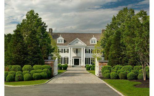 La propiedad tiene 5.7 héctareas e incluye una casa de huéspedes y un lago privado.