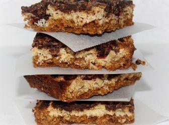 Zabkekszes-kókuszos szelet recept: A zabkekszes alap a kókuszreszelékkel-áfonyával-dióval-csokoládéval és a vaníliás szójapudinggal nagyon finom. Száraz, hűvös helyen tárolva több napig friss és omlós marad. http://aprosef.hu/zabkekszes_kokuszos_szelet