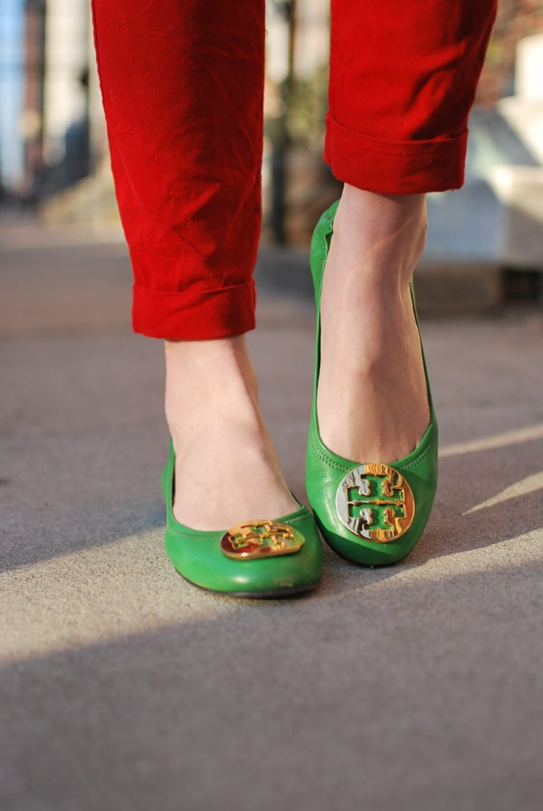 love these kelly green tory flats!