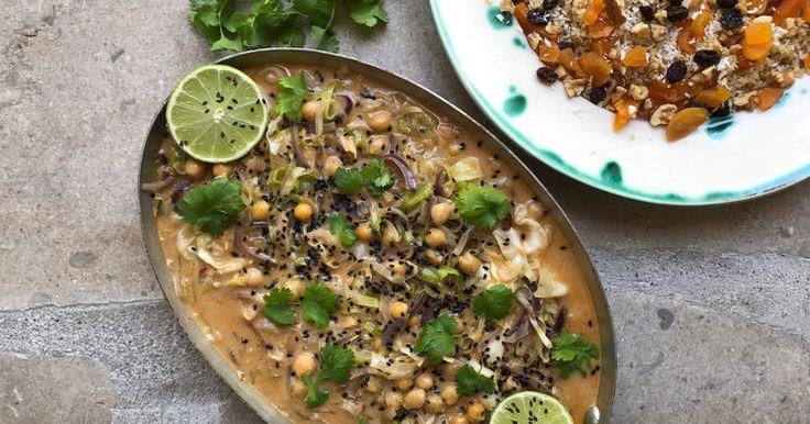 Snabblagad currygryta med vitkål, kikärter och kokosmjölk. Serveras med bulgur som piffats med torkade aprikoser, valnötter och russin. Spela klippet så visar Siri hur du gör currygrytan på godaste sätt!