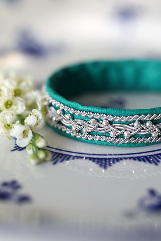 Lindas armband: Klargrönt mellanbrett tennarmband med silverpärlor...