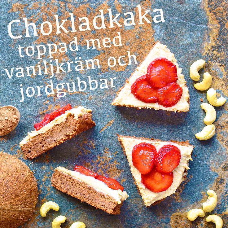 Chokladkaka toppad med vaniljkräm och jordgubbar! Receptet hittar du i meny 32. 😊