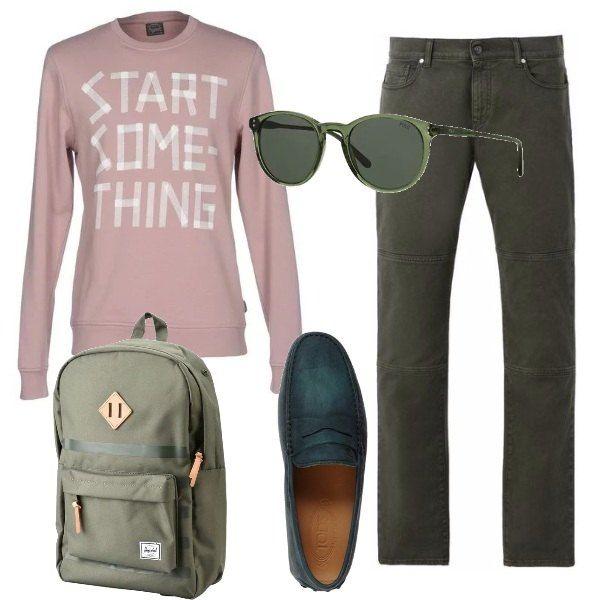 Outfit quasi completamente verde, in tutte le sue sfumature, con una sola eccezione, la felpa a girocollo, che è rosa antico. Pantaloni, in gabardine modello jeans, mocassini di pelle, zaino maxi, in tessuto tecnico, occhiali da sole, sempre verdi.