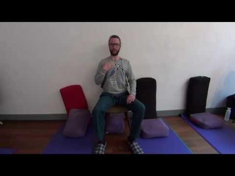 In 5 minuten Yoga, waar je maar wilt. Kantoor, onderweg in de trein of op een bankje in het park. Stoel Yoga, heerlijk ontspannen schouders.