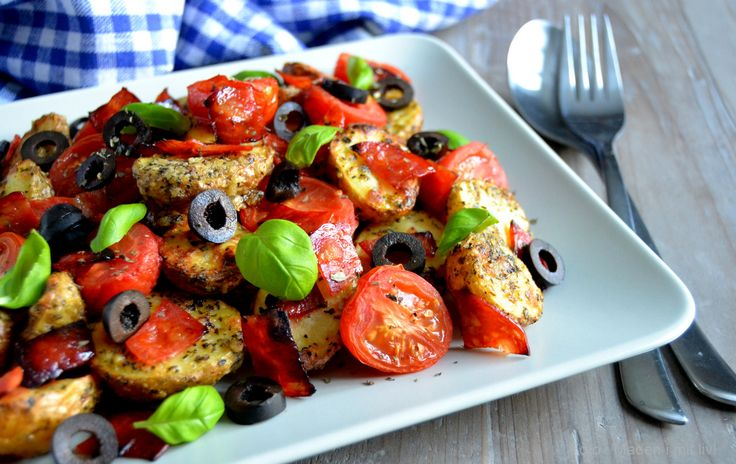 Prøv de her lækre pizzakartofler med ost, tomat og basilikum som tilbehør eller spis dem som hovedret - evt. med salat ved siden af.