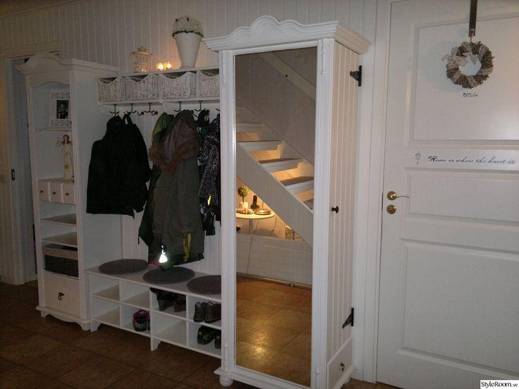 panelvägg,hallmöbler,spegel,klädhängare,förvaring,hall