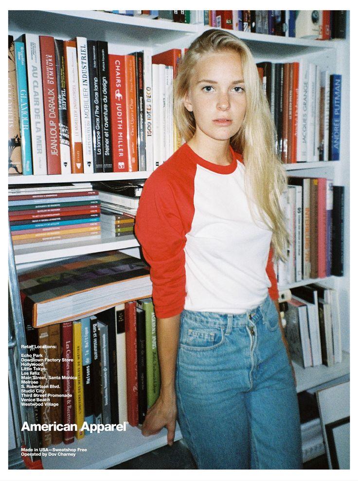 Puedo vestir la camiseta y los pantalones para el tiempo libre. La ropa queda un poco floja pero es de moda. A mí me gusta la camiseta blanca y roja porque los colores son bonitos.