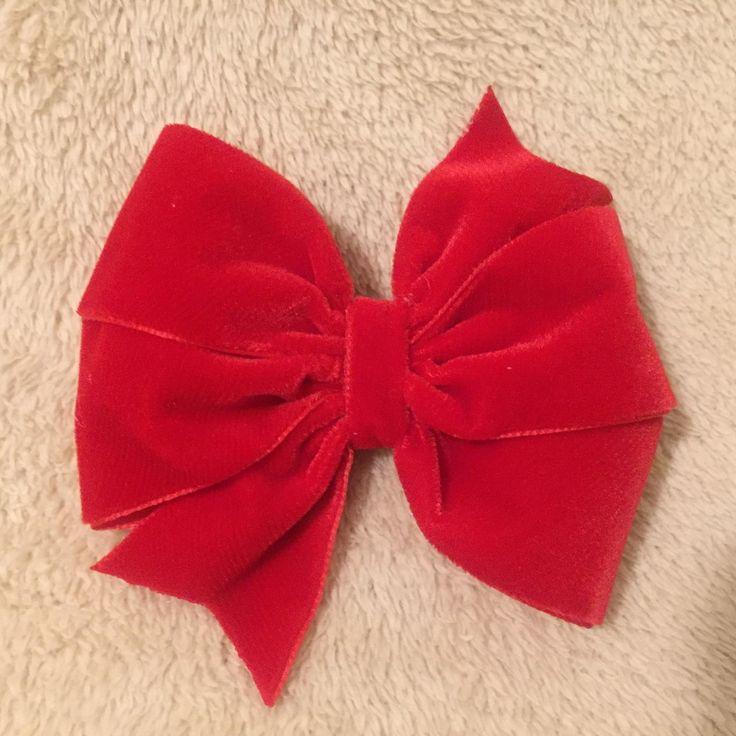 Laço em fita de veludo, medindo aproximadamente 10 cm, no bico de pato. Também pode ser feito no elástico e tiara.