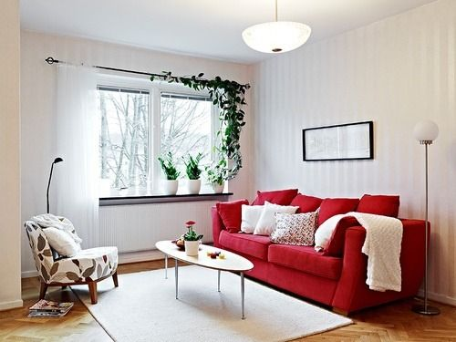 cortina branca com varão e sofá vermelho