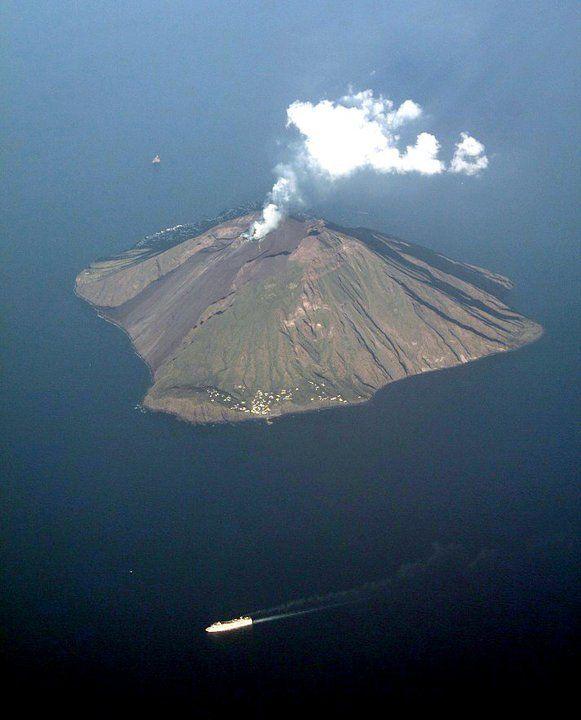 Stromboli dall'alto.  Ginostra, Sciara del Fuoco, Crateri,Stromboli