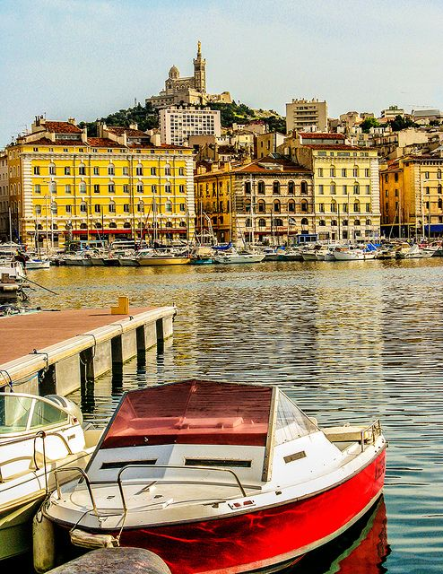 Notre Dame de la garde vue du vieux port. Magnifique. Essayez l'échange de maison pour vos séjours à Marseille : http://www.swapyourhome.net/fr