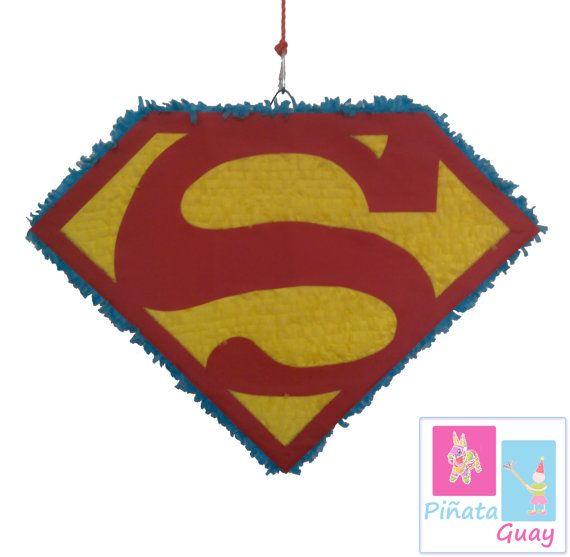 Piñata de Superman. Medidas aproximadas 60x45x10cm.  ................................................................  Todas las piñatas son hechas a mano, por lo que cada una es única.  Pueden personalizarse o modificarse en tamaño y colores.  Las piñatas tienen una abertura en la parte trasera para poder rellenarla con caramelos, golosinas, serpentinas, confeti, sorpresas, etc.  Puedes encargar tu palo a juego con la piñata como el de la última foto en el siguiente link…