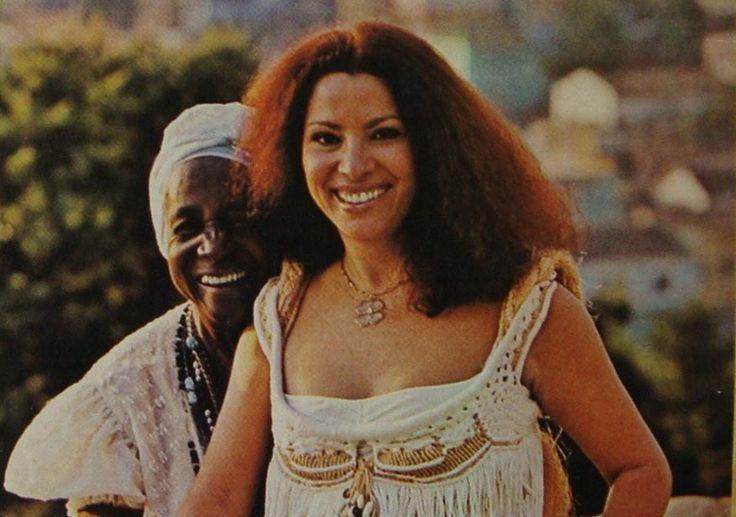 """Vó Maria Joana e Clara Nunes em foto da contra-capa do disco """"Mestiço Brasil""""…"""