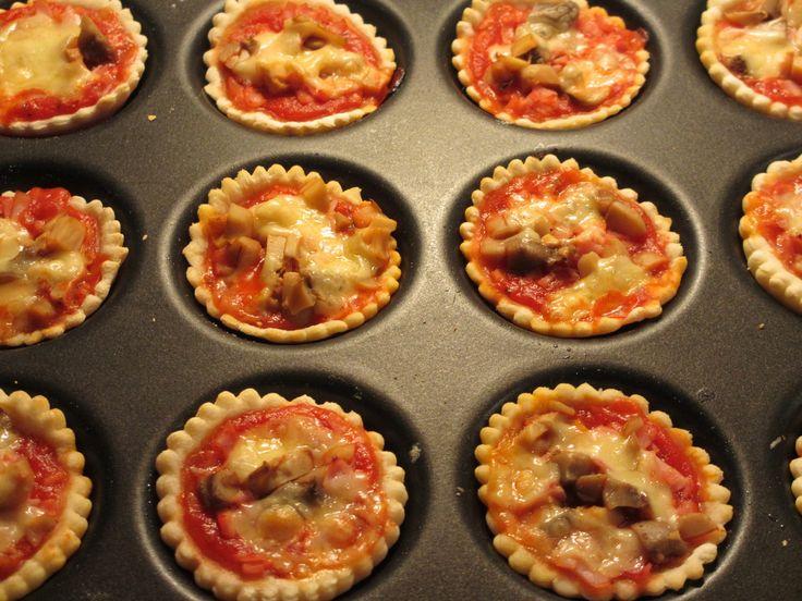 Pour 30 mini-pizza Temps de préparation : Pour la pâte à pizza maison : 1h30 Pour la garniture et la confection des mini-pizza : 20 minutes Temps de cuisson : 15 minutes Ingrédients : Pour la pâte à pizza : - 250 g de farine - 20 g de levure lyophilisée...