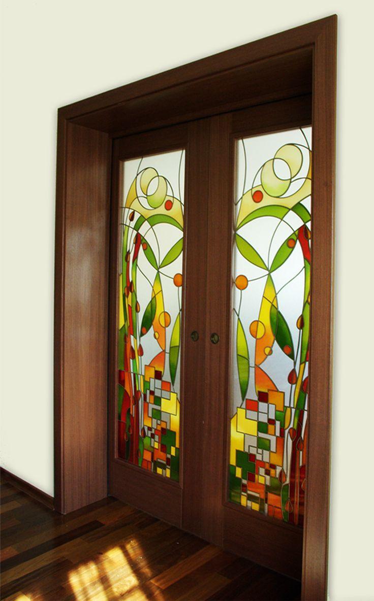 Wystrój wnętrz - ozdobne drzwi/witraż w drzwiach