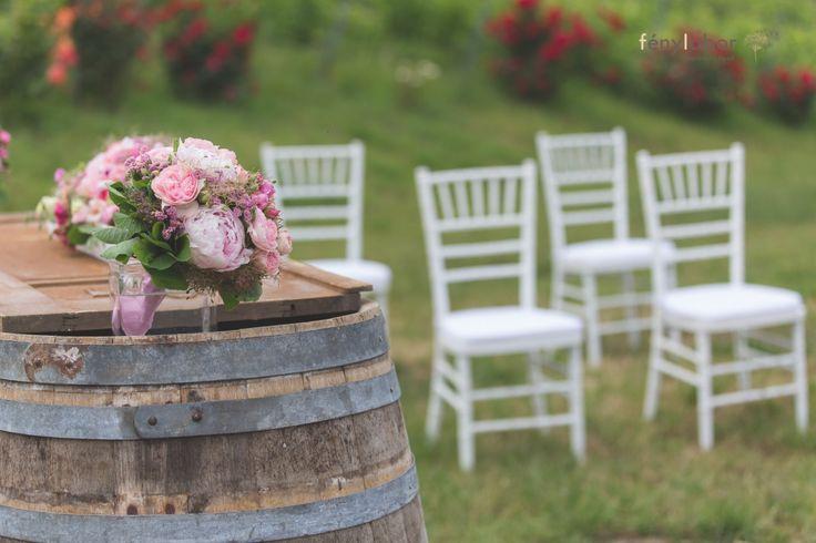 Pink és Menta szerelem a birtokon - VintageChics Kata és Zsolt pink és menta esküvő, rókusfalvy birtok esküvő, pink, mint wedding, winecellar wedding, ceremónia, boroshordó dekoráció