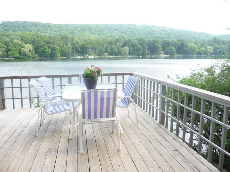 Best 25 waterfront cottage ideas on pinterest modern for Waterfront deck designs