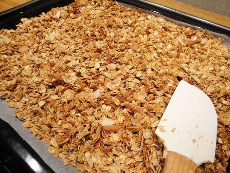 """So richtig knuspriges Müsli ist eine leckere Sache, allerdings enthalten die kommerziell erhältlichen Knuspermüslis meist zu viel Zucker. Außerdem sind die einzelnen Zutaten häufig zu dicken harten Brocken zusammengebacken, so dass man sie nicht vernünftig in Joghurt essen kann, sondern nur in Milch. Das kann man alles besser machen, wenn man das Müsli selbst herstellt, und dabei ist es noch ganz einfach. In Amerika ist solches """"homemade Granola"""" sehr beliebt und es wimmelt von Rezepten im…"""