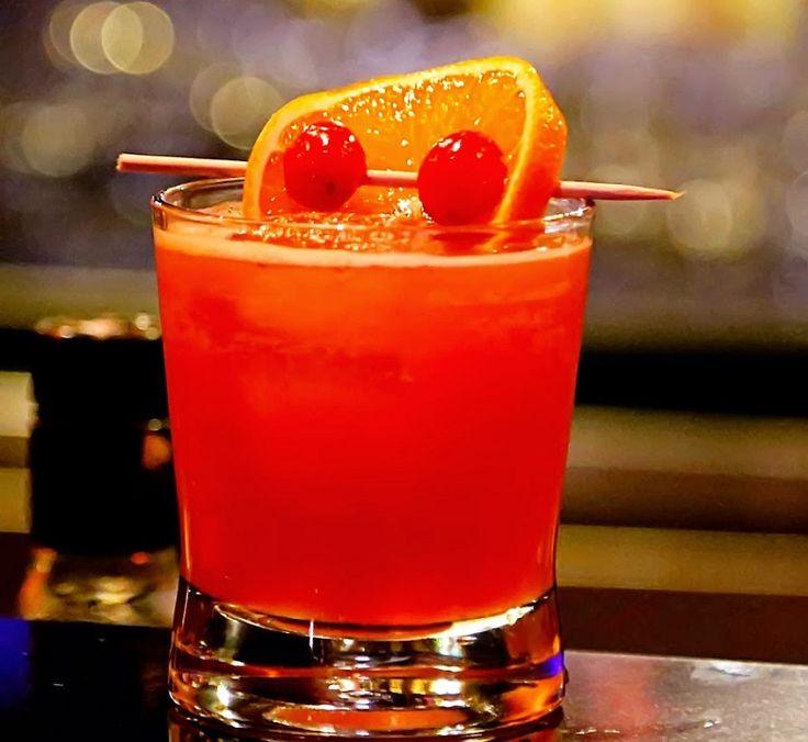 Vodca, suco de laranja, licor de pêssego e de oxicoco. Aprenda a fazer seu Sex On the Beach ;) Cheers!