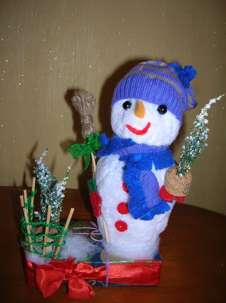 Снеговик дарит всем елочки!