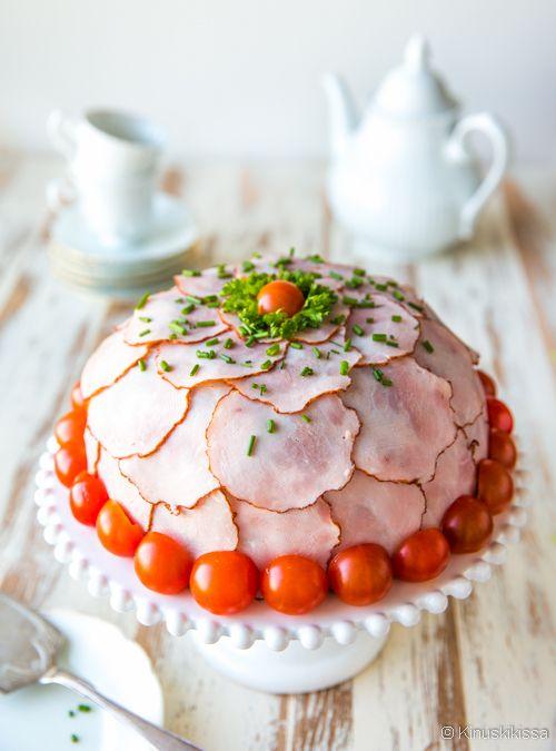 Ruokaisa voileipäkakku koostuu ruisleivistä ja pulled pork -täytteestä. Leipien ja täytteen yhdistelmä on niin tukeva, että liivatetta ei tarvita. Kun kakku kootaan kulhoon, se muotoutuu kauniin pyöreäksi ja tasaiseksi. Näin kuorruttaminenkin hoituu yksinkertaisella tavalla peittämällä pinta kinkkusiivuilla. Pinnasta tulee näyttävämpi, kun valitsee tummareunaisia, pieniä kinkkisiivuja. Pulled pork -lihan tilalle sopii melkein mikä tahansa muukin täyte: […]