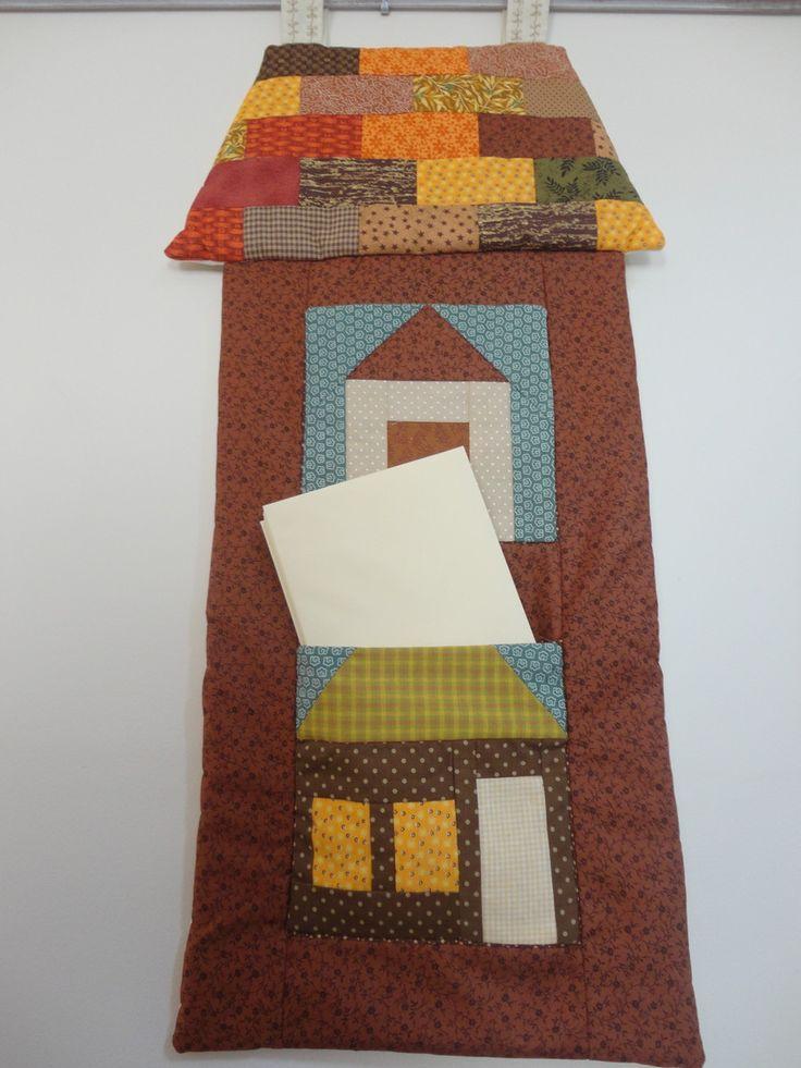 Confeccionado em tecido 100% algodão.Painel com formato de casa com 2 bolsos frontais.