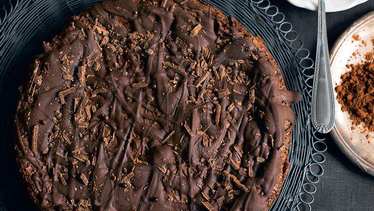 En blød og klistret sag, som er lynhurtig at røre sammen. Overtrukket med chokolade og serveret sammen med koldt lemon curd-flødeskum er den et sikkert hit. Her har du opskriften på verdens nemmeste chokoladekage